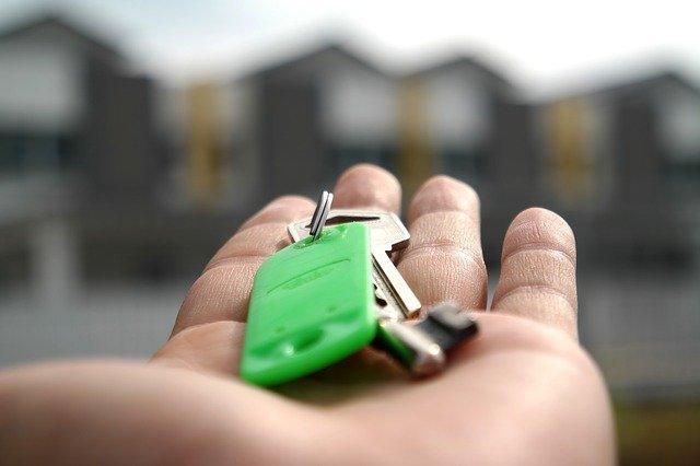 keys in someone's hand