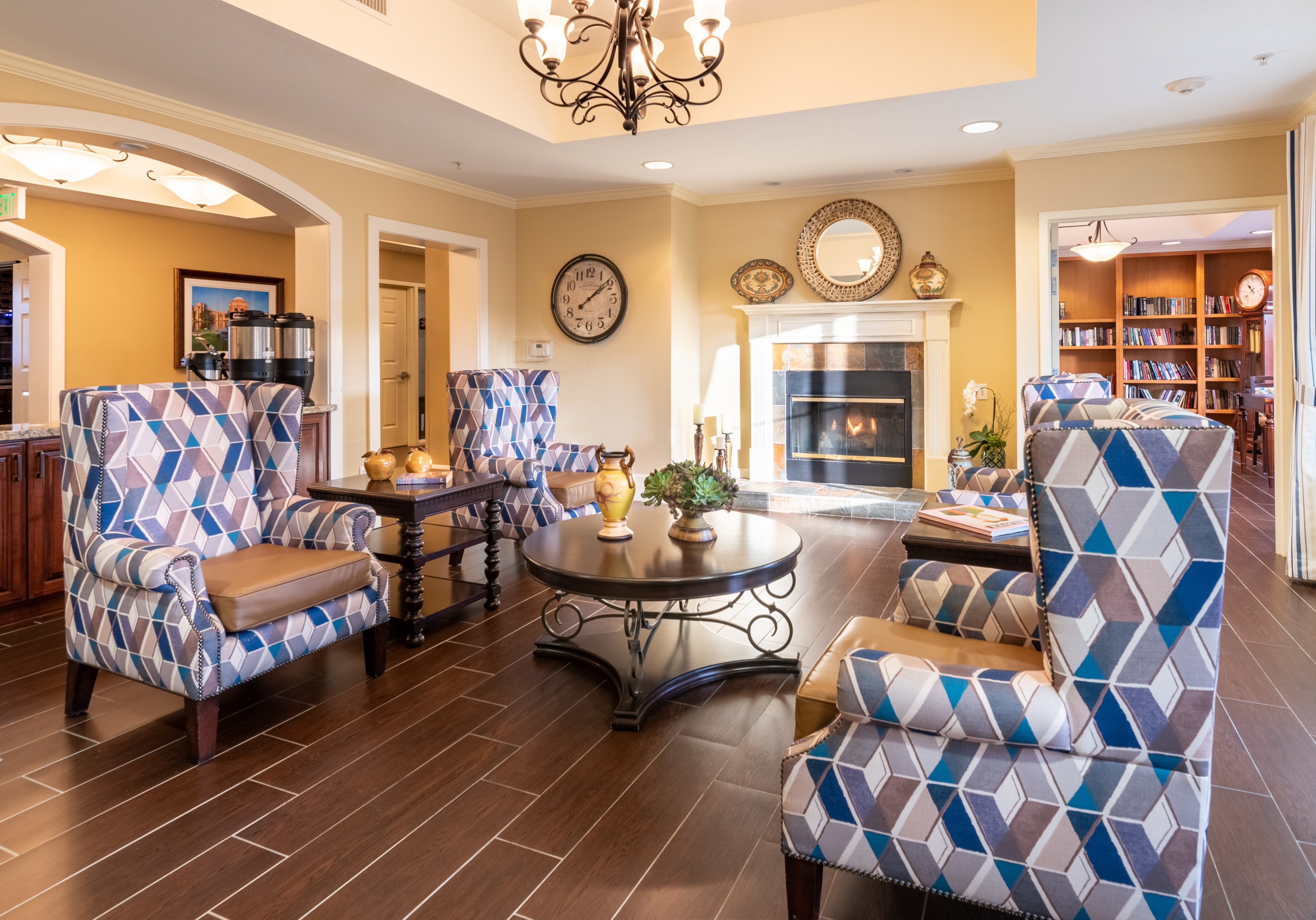 A pleasant, well-furnished lounge at Pacifica Senior Living Union City.