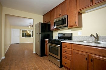 535 Woodlawn Ave Studio Apartment for Rent Photo Gallery 1
