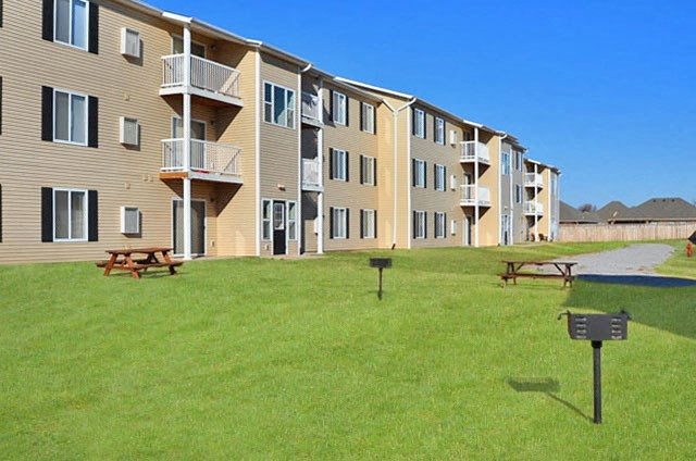 Gathering Area With Grills And Corn Hole at Van Horne Estates Apartments, El Paso, Texas