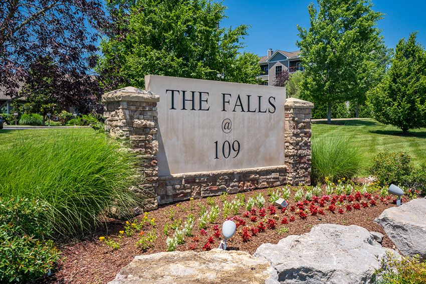 The Falls at 109 Monument Sign