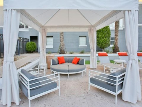 The Highland Apartments Phoenix outdoor lounge space
