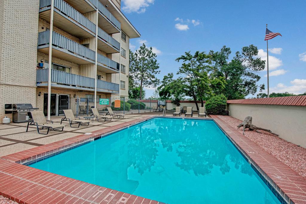 Broadmoor Park Terrace Pool Closeup