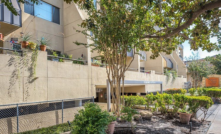 Courtyard With Green Space at Augusta Court Apartments, Houston, TX