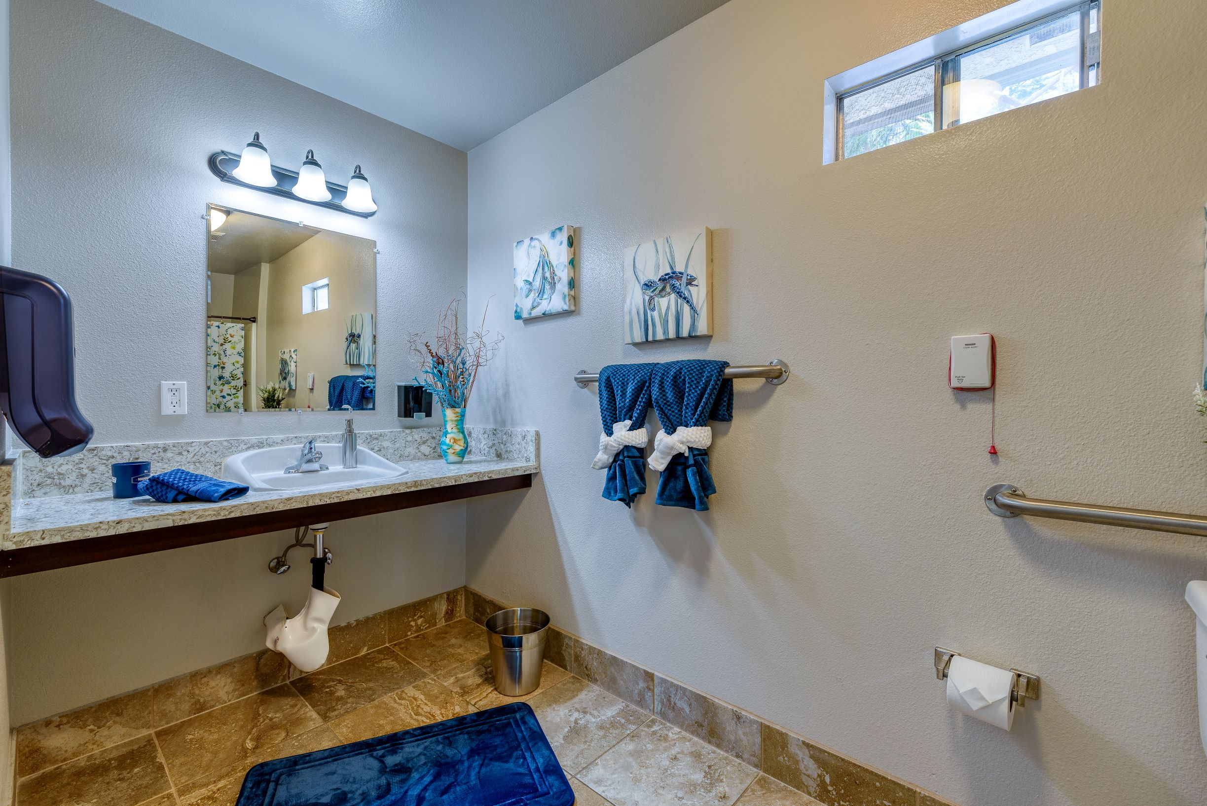 One of the fully equipped bathrooms at Pacifica Senior Living South Coast.