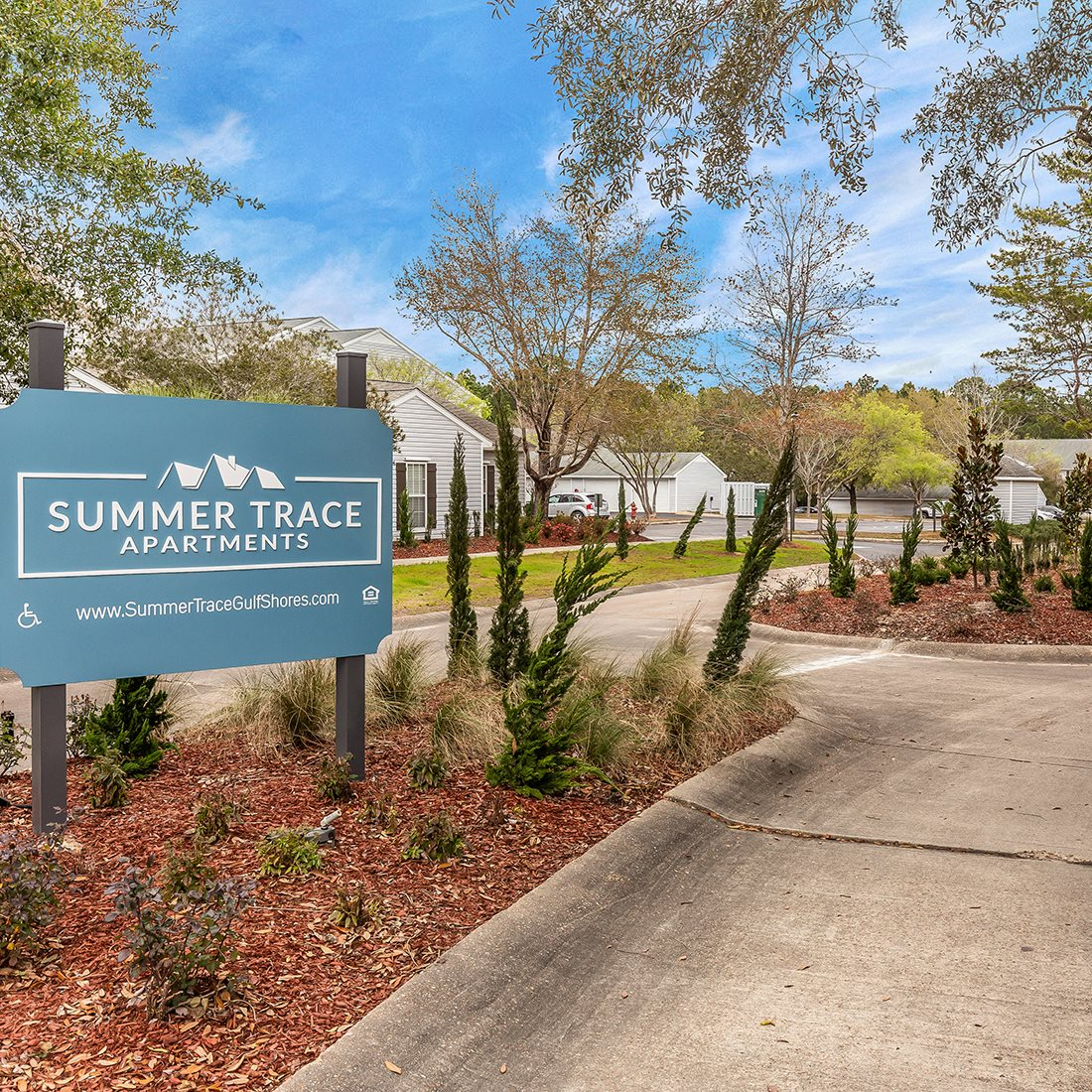 exterior entrance sign at Summer Trace apartments in Gulf Shores AL