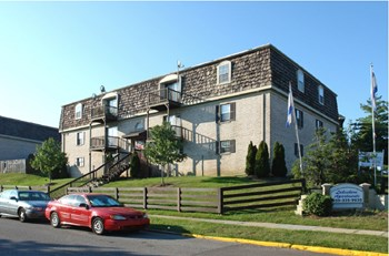 100 Lakeshore Dr 1-2 Beds Apartment for Rent Photo Gallery 1