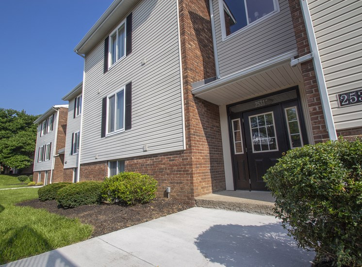 This is a picture of an apartment building exterior at Deer Hill Apartments in Cincinnati, Ohio.
