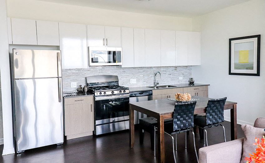 Fully Equipped Kitchen at Reside on Green Street Apartments, IL, 60642