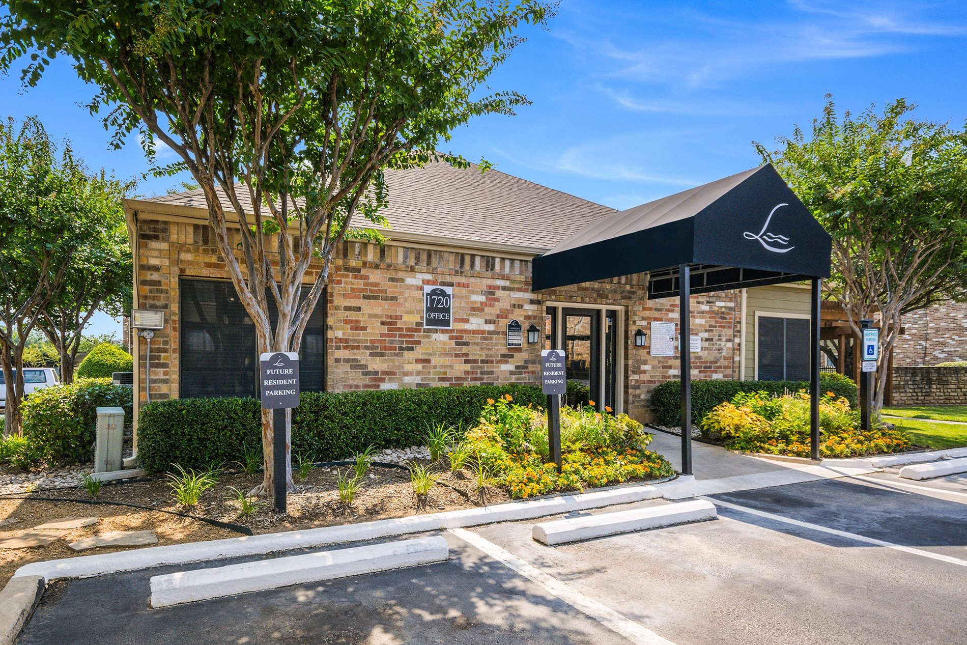 Leasing office at Lakeridge Apartment Homes in Irving Texas