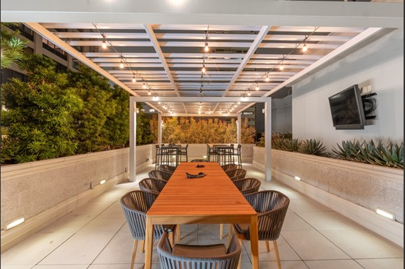 Westwood Luxury-Apartments-Wilshire-Victoria--Rooftop-Dining