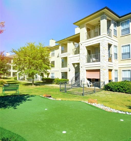 Putting green of Cypress Lake at Stonebriar Apartments in Frisco, TX, For Rent. Now leasing 1, 2 and 3 bedroom apartments.