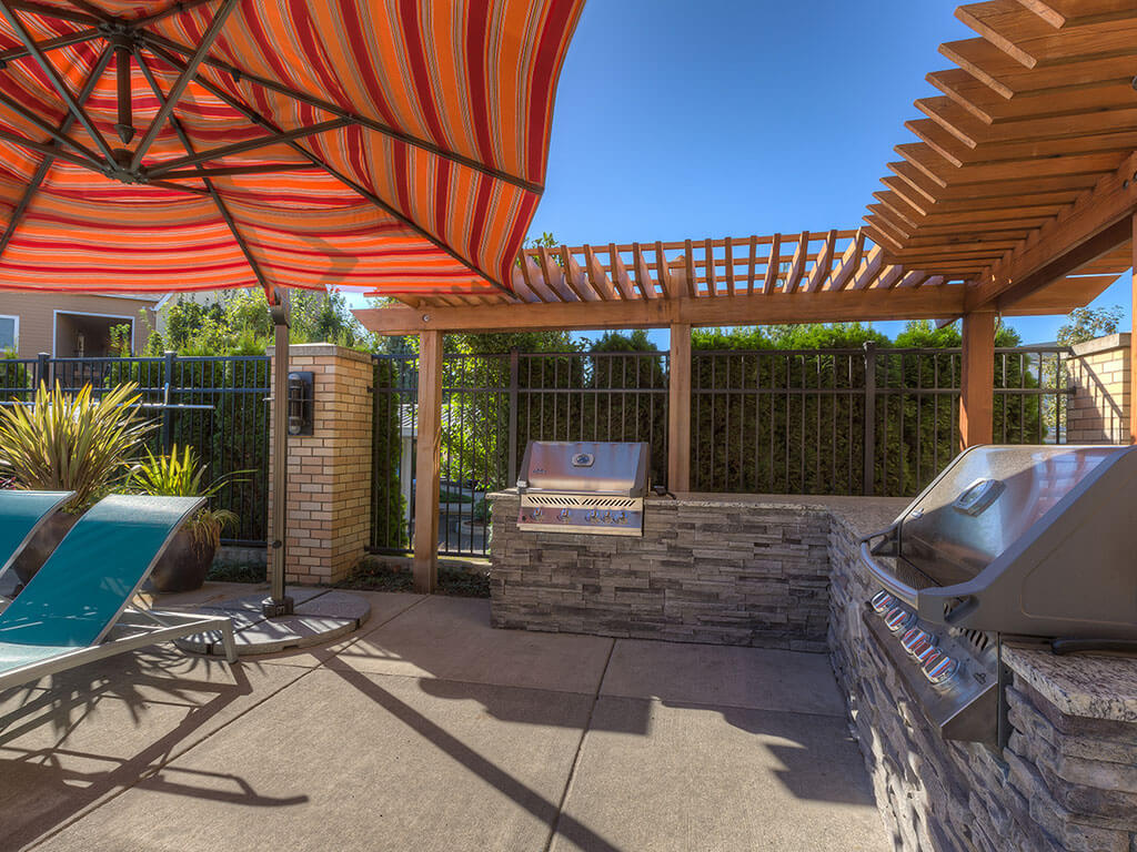 Poolside Grilling Stations at Domaine at Villebois Apartment Homes, Wilsonville
