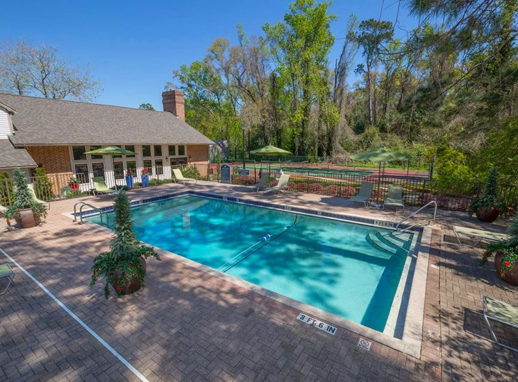 Swimming pool and sundeck at Aspen Run Apartments in Tallahassee