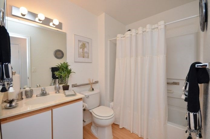 Bathroom With Shower at River Park Place Apartments, Vero Beach, 32962