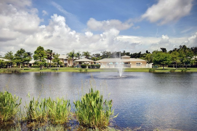 Beautiful Lake With Fountain at River Park Place Apartments, Florida, 32962