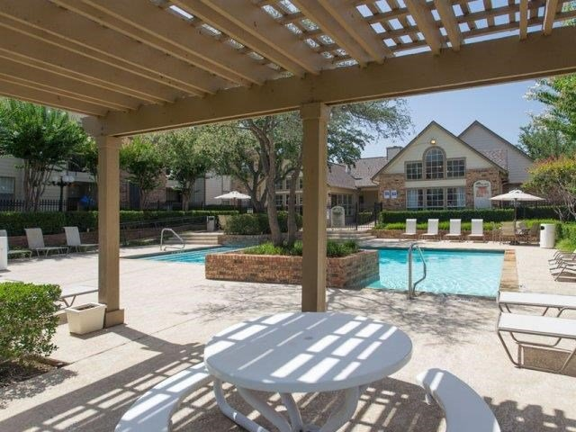 Swimming pool with pergola and picnic table