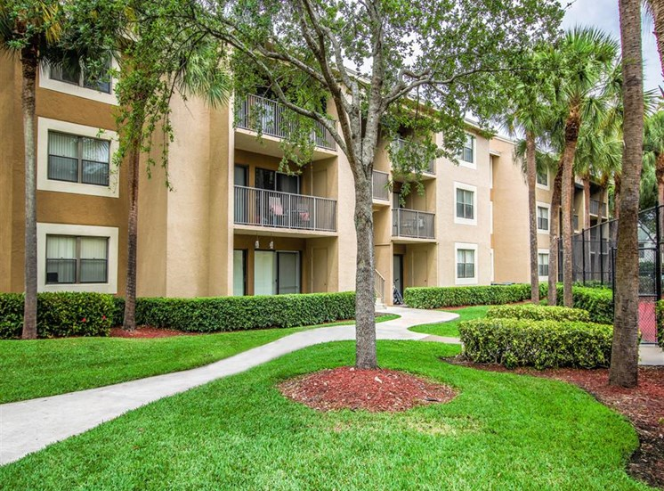 Hammocks Place Apartments | Landscaped Grounds