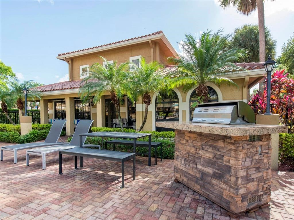 Kings Colony Apartments   Poolside Grilling and Lounge Area