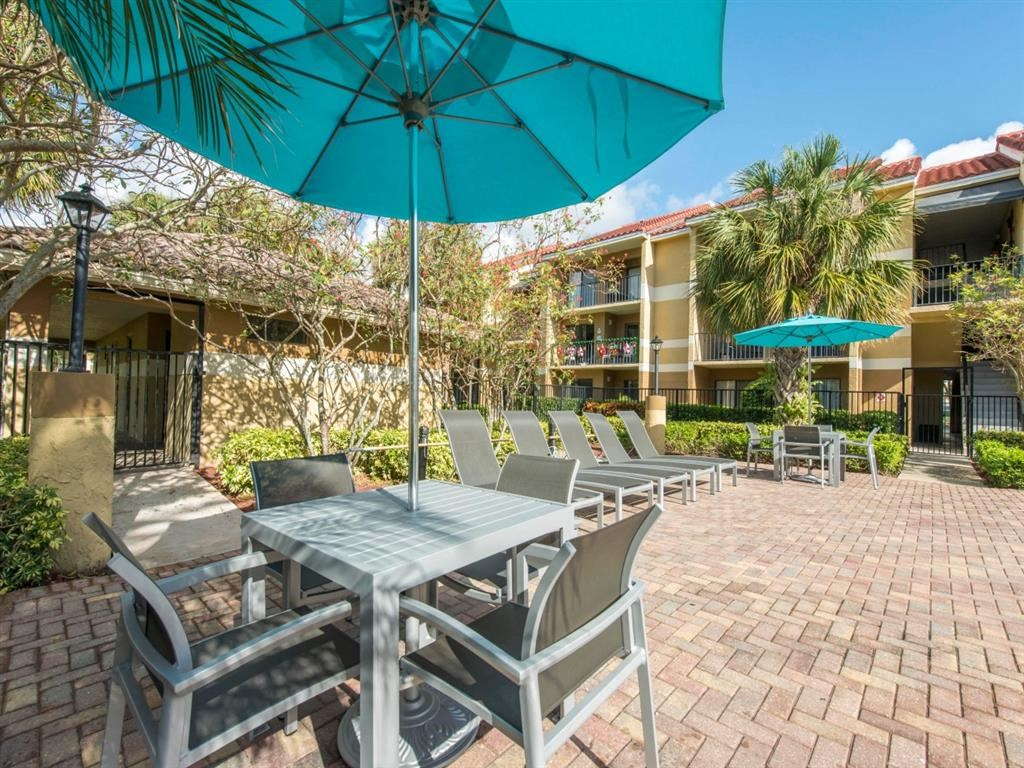 Kings Colony Apartments   Poolside Lounge Area