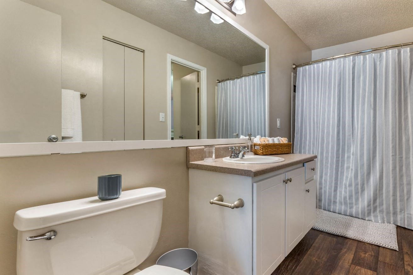 Sailpointe at Lake Norman|Fully Furnished Bathroom with Vanity Lights