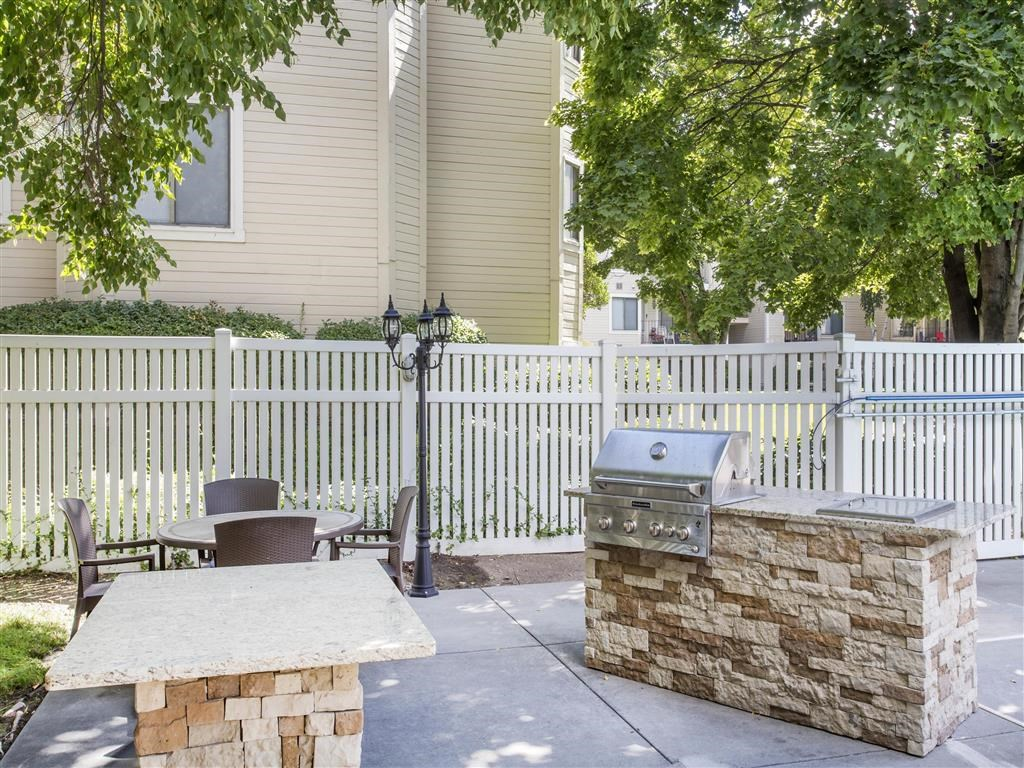 James Pointe Apartments | Gas Grilling Area
