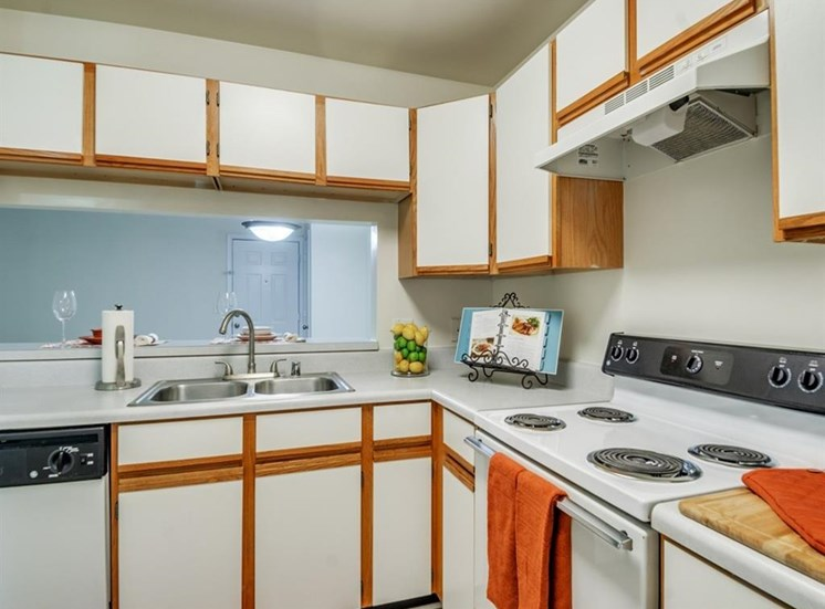 Fully Equipped Kitchen With Ample Storage at Stonegate Apartments, Stafford, 22554