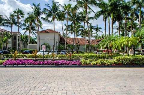Miramar Lakes Apartments | Manicured Landscaping