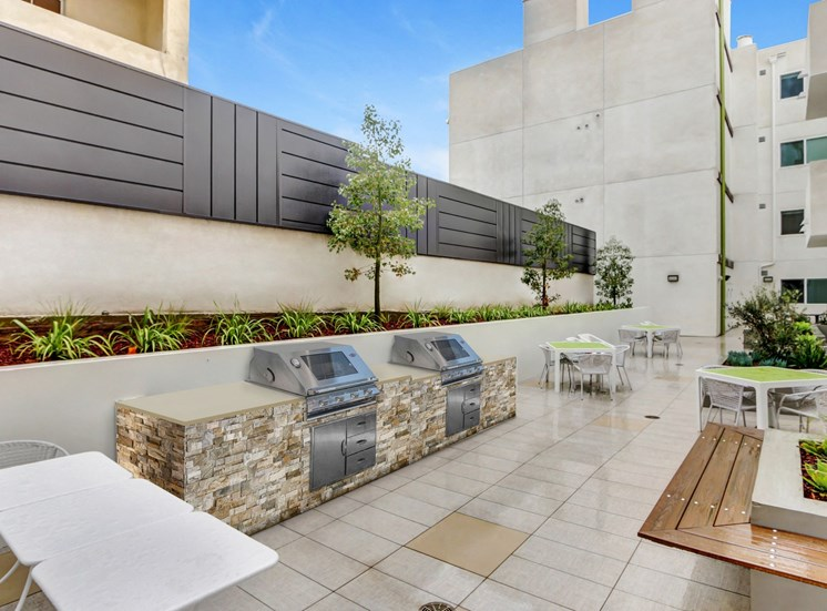 Hollywood Apartments for Rent - Vues on Gordon Apartments Picnic Courtyard with 2 BBQ Grills and Multiple Tables and Chairs
