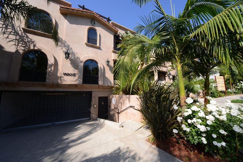 Vista Paradiso driveway and garage