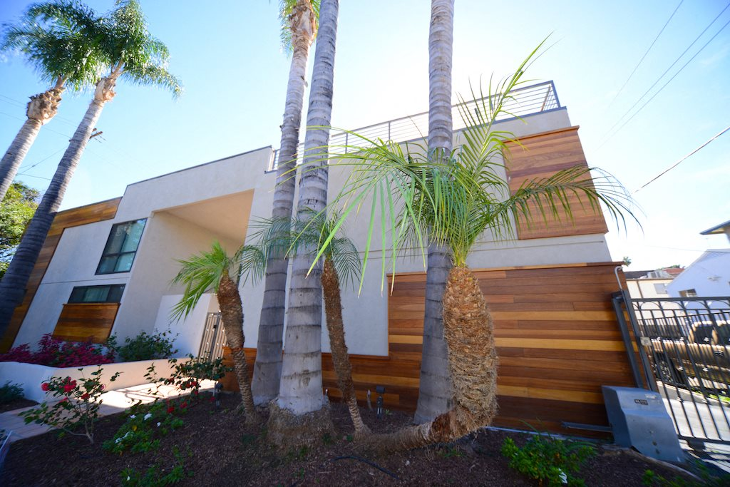 13558 Moorpark Apartments exterior building palm trees