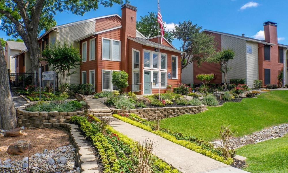 Hidden Oaks Apartment Homes exterior building and garden