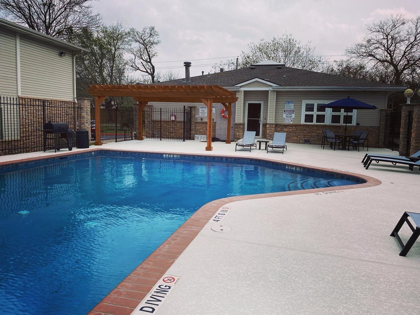 sparkling swimming pool in round rock apartments