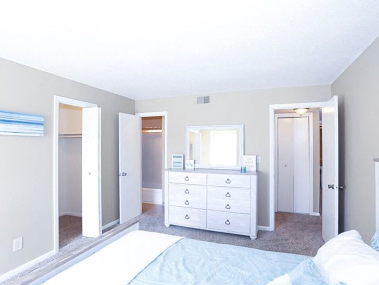 apartments with walk in closet at Ridge at Chesnut