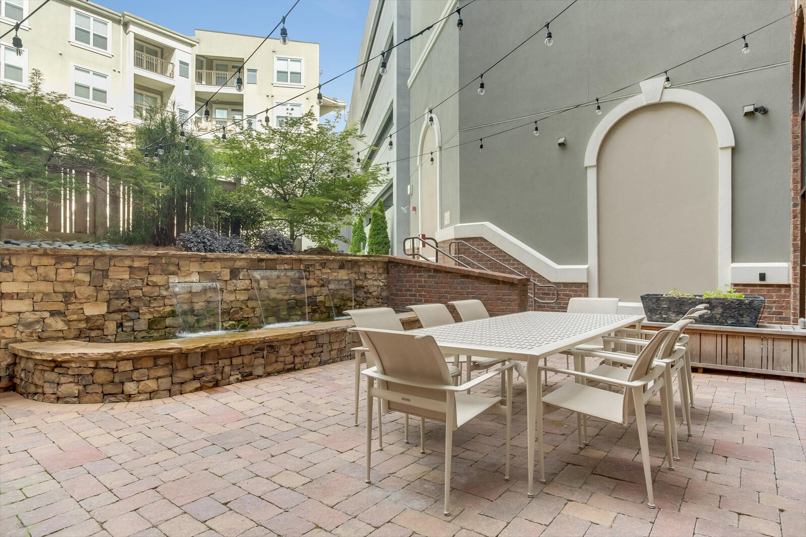 Courtyard with Ample Sitting at Windsor at Glenridge, 5610 Glenridge Drive, Sandy Springs