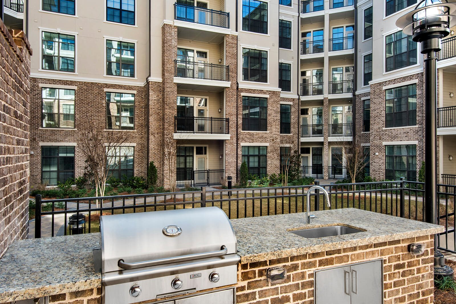 Outdoor Courtyard with BBQ Grills at Windsor Chastain, Atlanta, GA