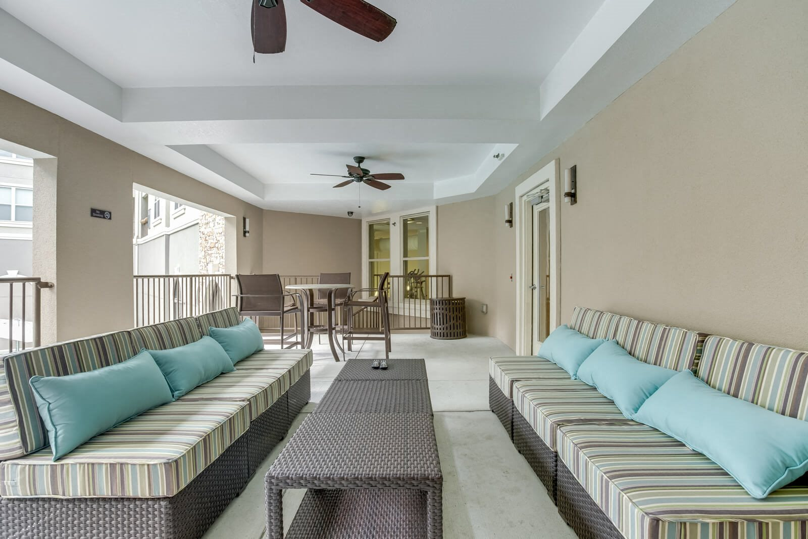 Resident Lounge Area Outside at Windsor at Glenridge, 5610 Glenridge Drive, Sandy Springs