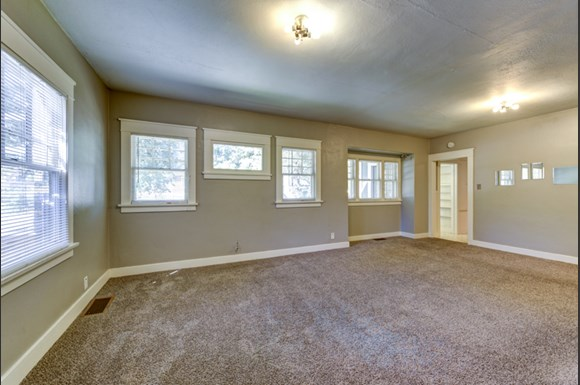 Large Living Room 1903 Pine A