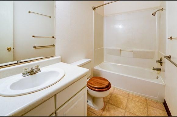 1111 Maxwell #101 Bathroom