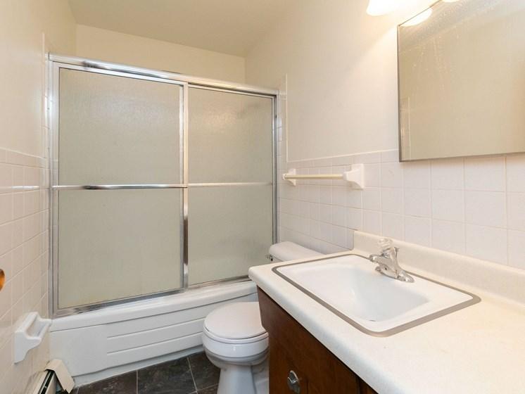 Islander Apartments   Bathroom