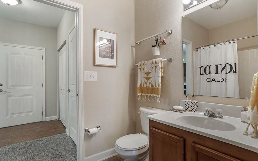 oak 2x2 model bathroom
