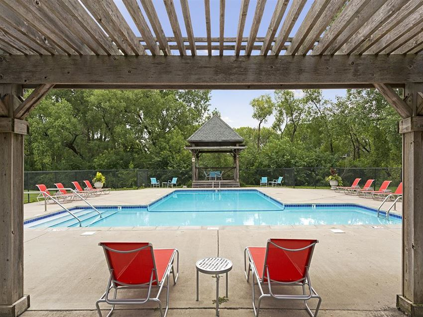Willow Pond Apartments in Burnsville, MN Outdoor Pool