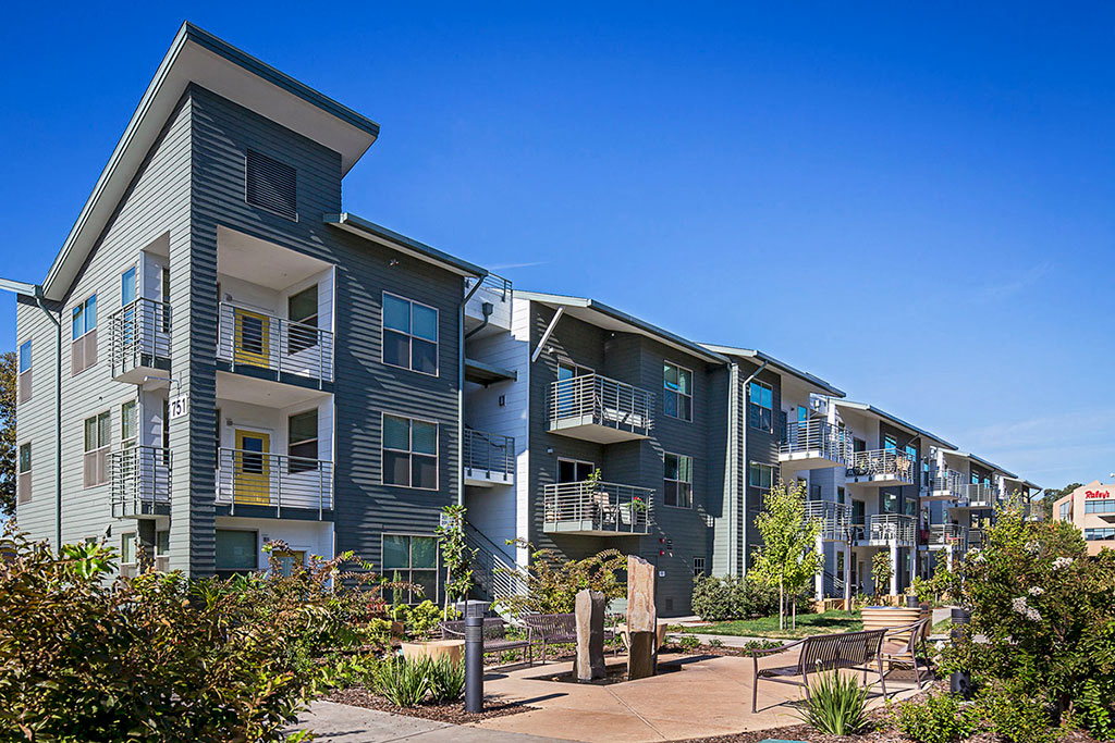 Capitol Yard Apartments_ West Sacramento CA_Lush Grounds