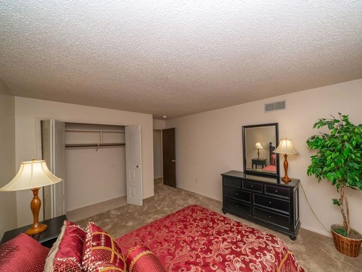 Bedroom With Closet at Seville Apartments, Kalamazoo, MI, 49009