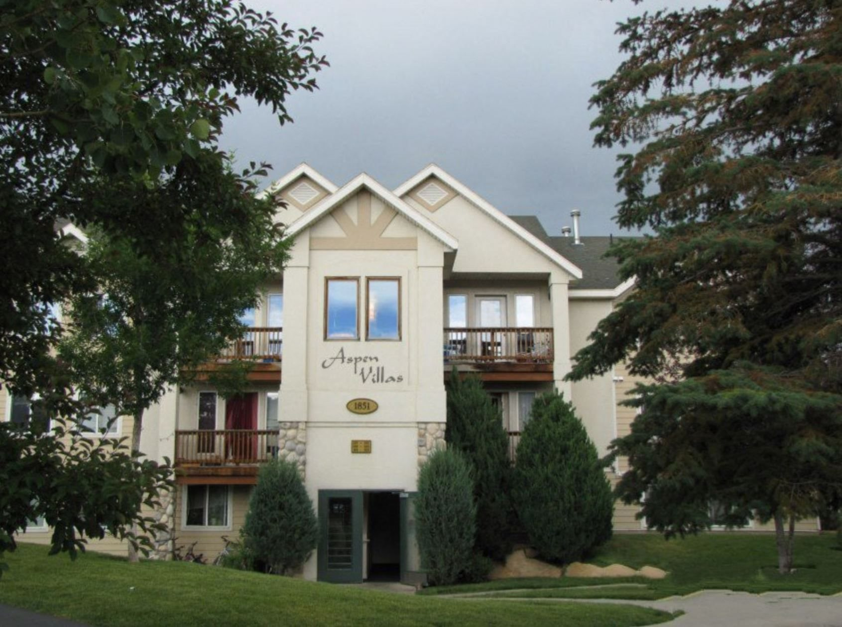Aspen Villas Apartments Exterior Building and Trees