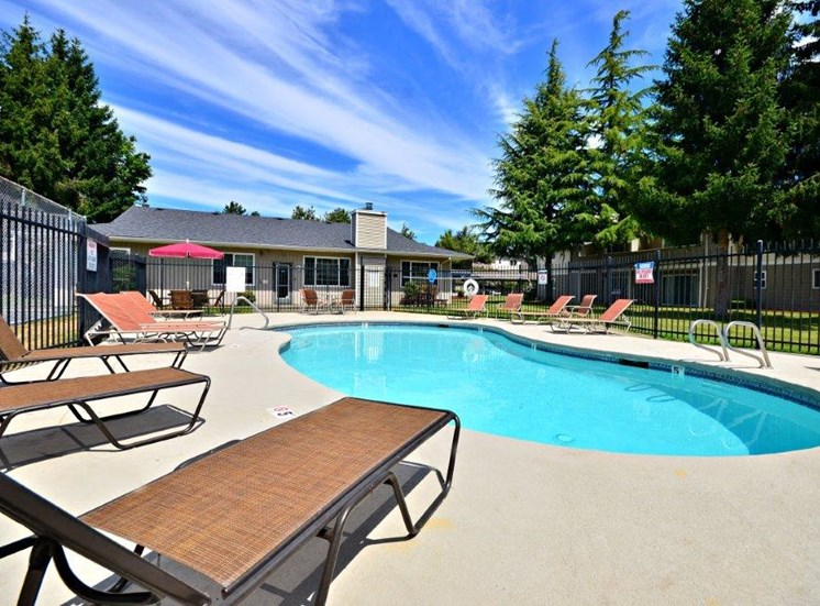 Maple Pointe Pool & Lounge Chairs