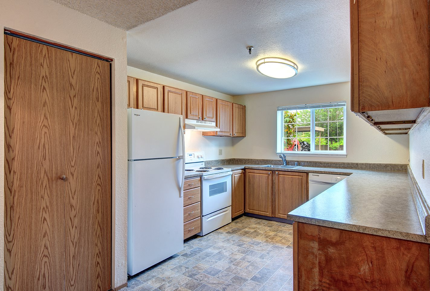 Riverwood Vacant Upgraded Kitchen & Pantry