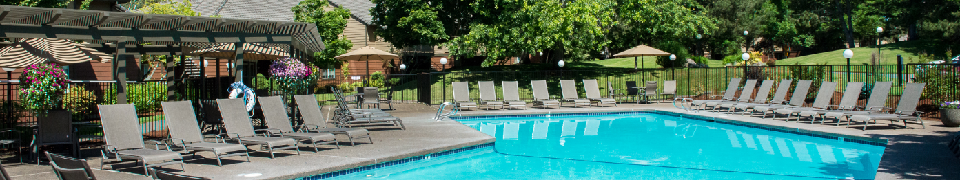 Kings Court Apartments Pool & Lounge Chairs
