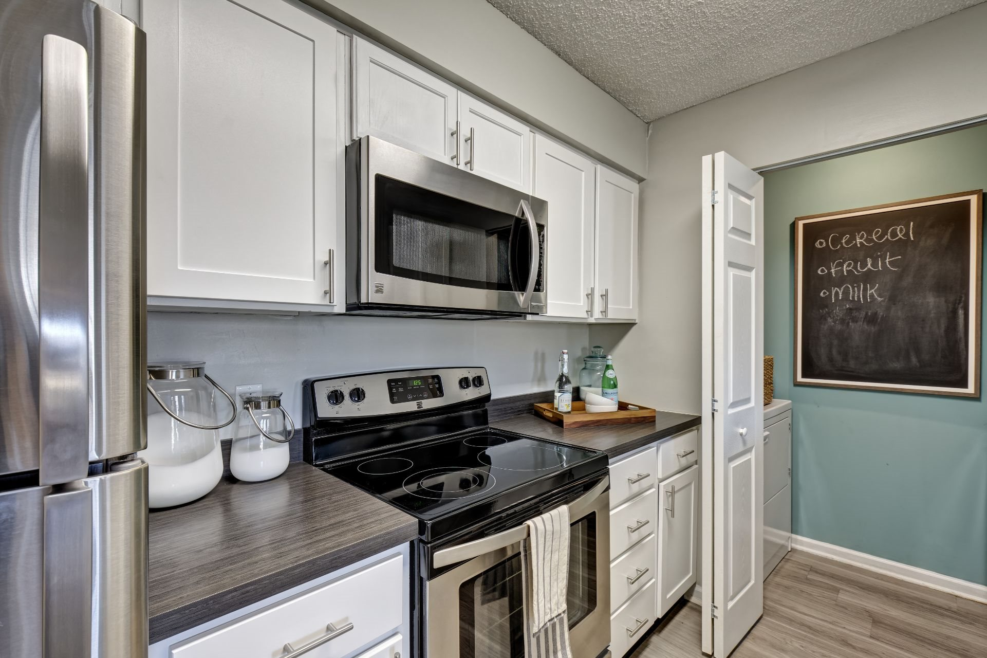Newly Renovated 1, 2 and 3 Bedroom Luxury Apartments in Lawrenceville NJ with Chef's Kitchen, Stainless Appliances, Breakfast Bar, Washer Dryer -1000 Steward Crossing Way Lawrenceville NJ 08646