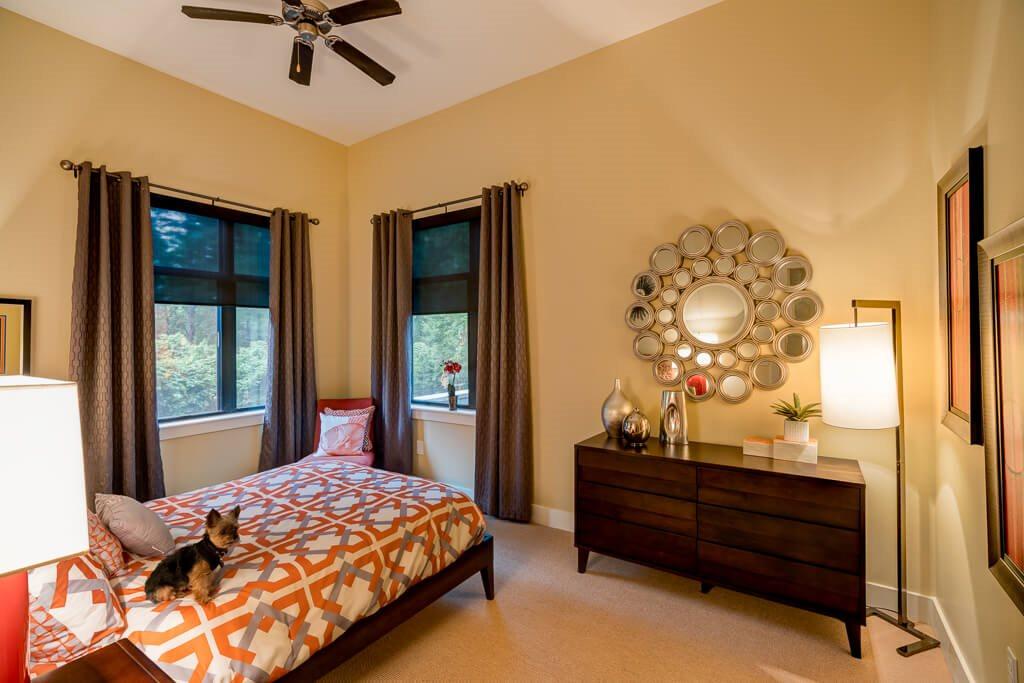 Spacious bedroom eon at Lindbergh